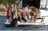 Lucy Pinder and friends havin some fun on a boat Foto 497 (Люси Пайндер и друзья Хавин развлечься на лодке Фото 497)