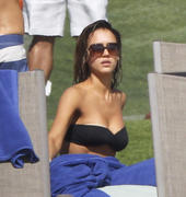 http://img22.imagevenue.com/loc377/th_49301_Jessica_Alba_Vacationing_in_Cabo4_122_377lo.jpg