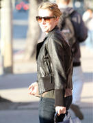 http://img22.imagevenue.com/loc453/th_87570_Emma_Roberts_shopping_at_Radio_Shack2_122_453lo.jpg