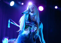 http://img22.imagevenue.com/loc598/th_430180880_50657_avril_lavigne_performing_live_in_moscow_4_121_122_598lo.jpg